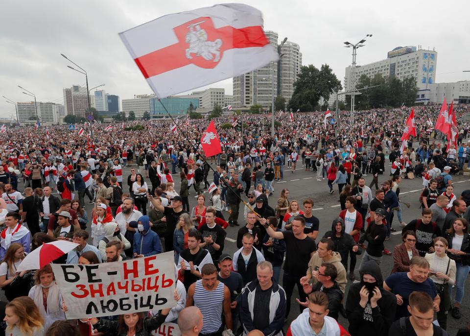 23 Ağustos 2020, Minsk, Belarus'ta cumhurbaşkanlığı seçim sonuçlarını protesto etmek için muhalefet gösterisine katılıyor.