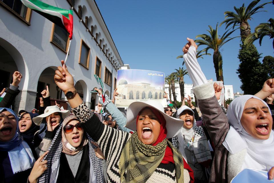 Demonstran mengambil bagian dalam protes terhadap rencana perdamaian Timur Tengah Presiden AS Donald Trump, di Rabat, Maroko, 9 Februari 2020.