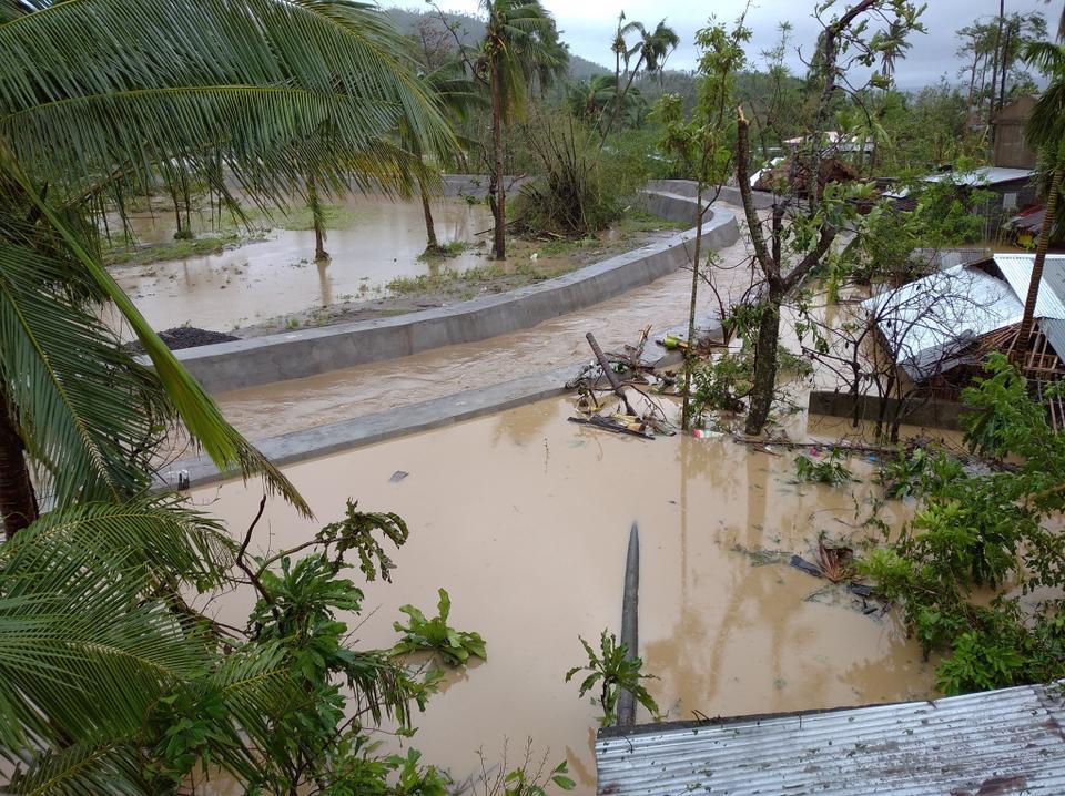 Pemandangan air banjir dan rumah-rumah yang rusak akibat Topan Goni di Bariw, Camalig, Provinsi Albay, Filipina, 1 November 2020.