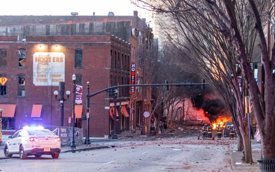 Trümmer liegen auf der Straße in der Nähe einer Explosionsstelle im Bereich Second and Commerce in Nashville, Tennessee, USA, am 25. Dezember 2020.
