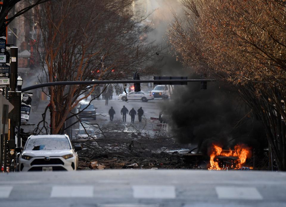 Ein Fahrzeug brennt nach einer Explosion im Bereich Second and Commerce am 25. Dezember 2020 in Nashville, Tennessee.