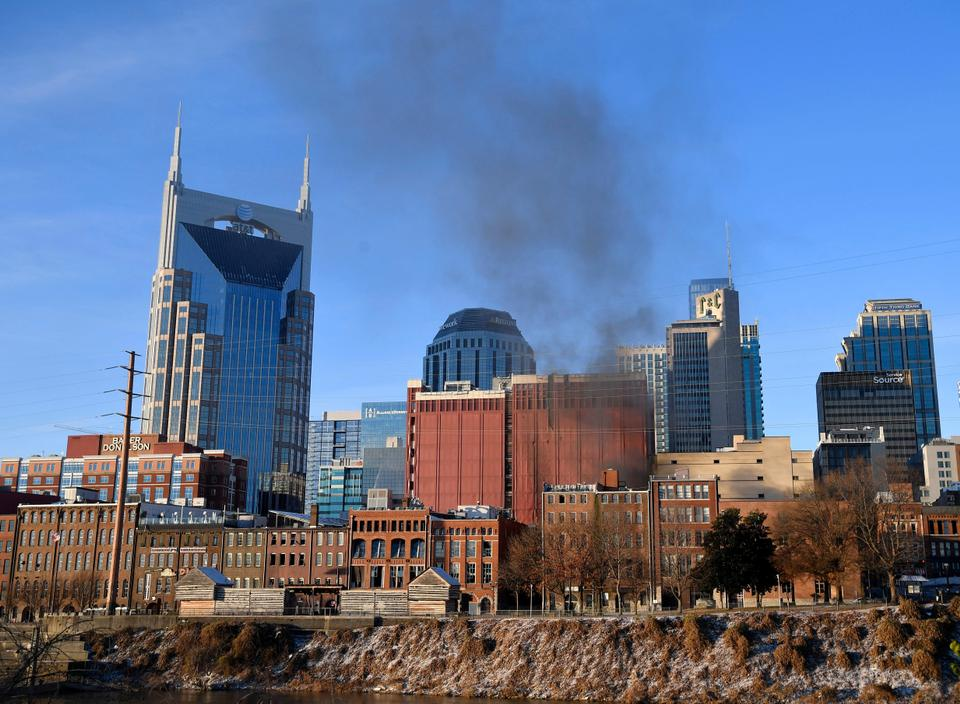 Rauch steigt aus der Innenstadt nach einer Explosion im Bereich von Second an Commerce am 25. Dezember 2020 in Nashville, Tennessee.