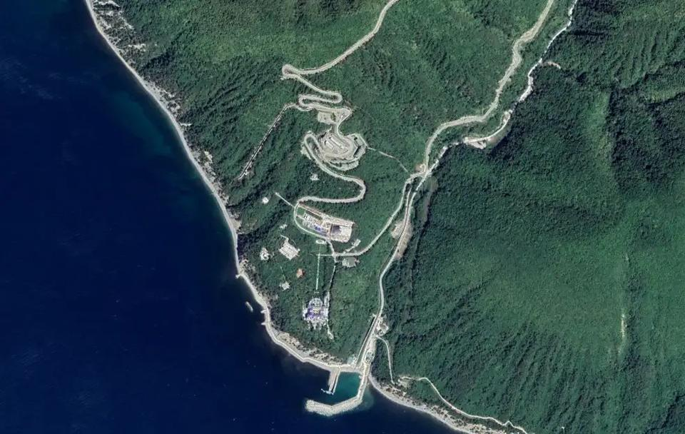 A satellite image of the core of the estate as of August 2019. The actual ornate palace itself is at the southern end, toward the coast.